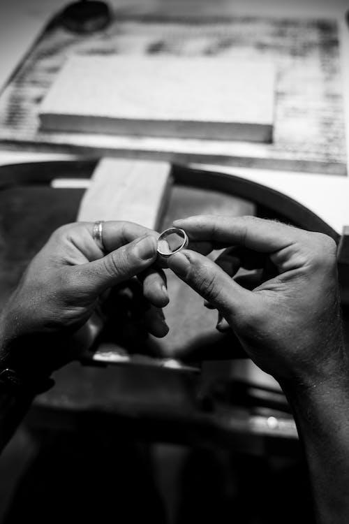 Foto profissional grátis de adulto, agressão, anéis de ouro