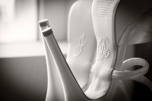 Foto stok gratis aksesoris pernikahan, sepasang sepatu, sepatu kulit