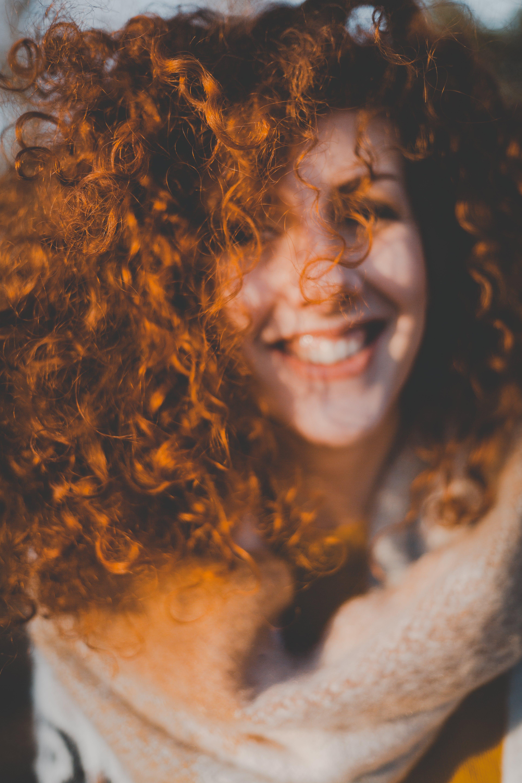 갈색 머리, 곱슬거리는, 곱슬머리, 공원의 무료 스톡 사진