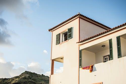 Foto stok gratis balkon, bangunan, daun jendela, eksterior