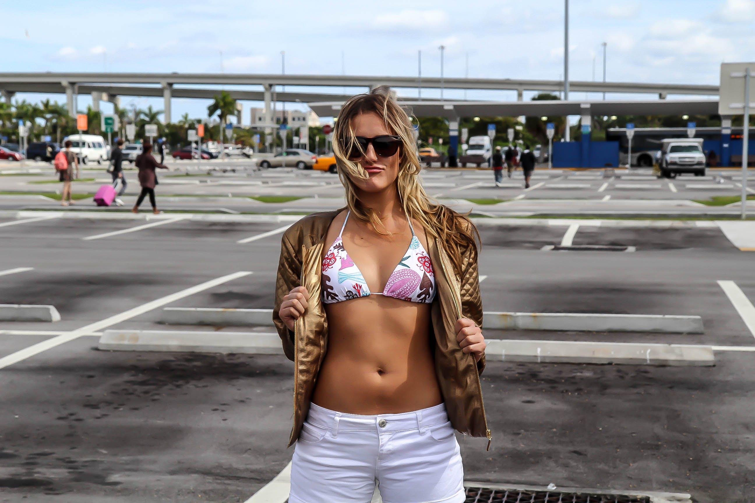 Kostenloses Stock Foto zu bewegung, bikini, blumen, draußen