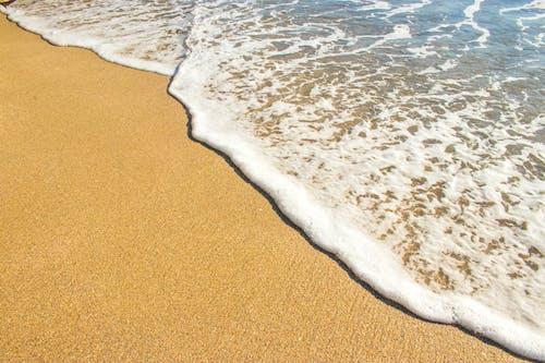Foto profissional grátis de à beira-mar, água, areia, beira-mar