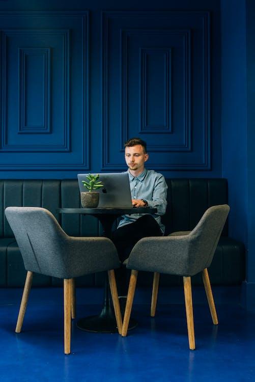 Darmowe zdjęcie z galerii z krzesła, meble, mężczyzna