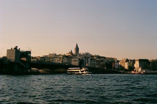binalar, deniz aracı, galata kulesi içeren Ücretsiz stok fotoğraf