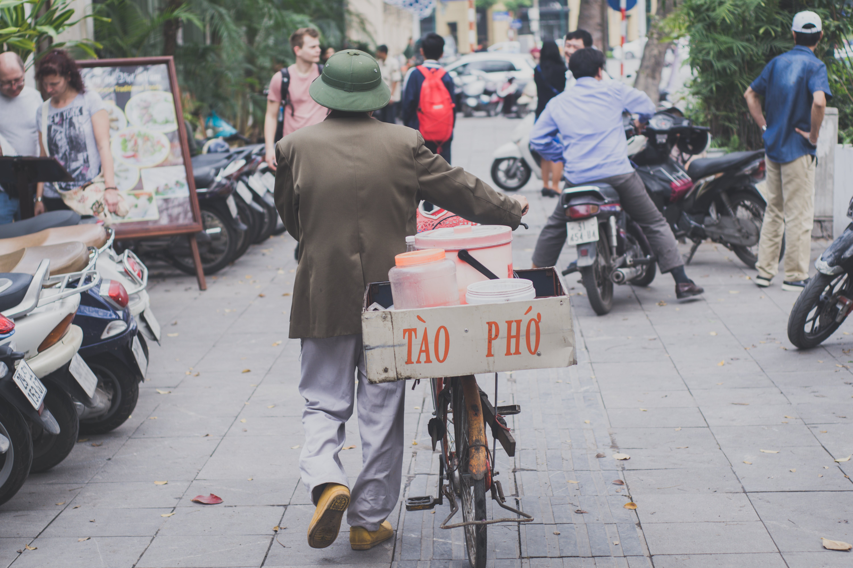Základová fotografie zdarma na téma jízdní kolo, lidé, město, motorky