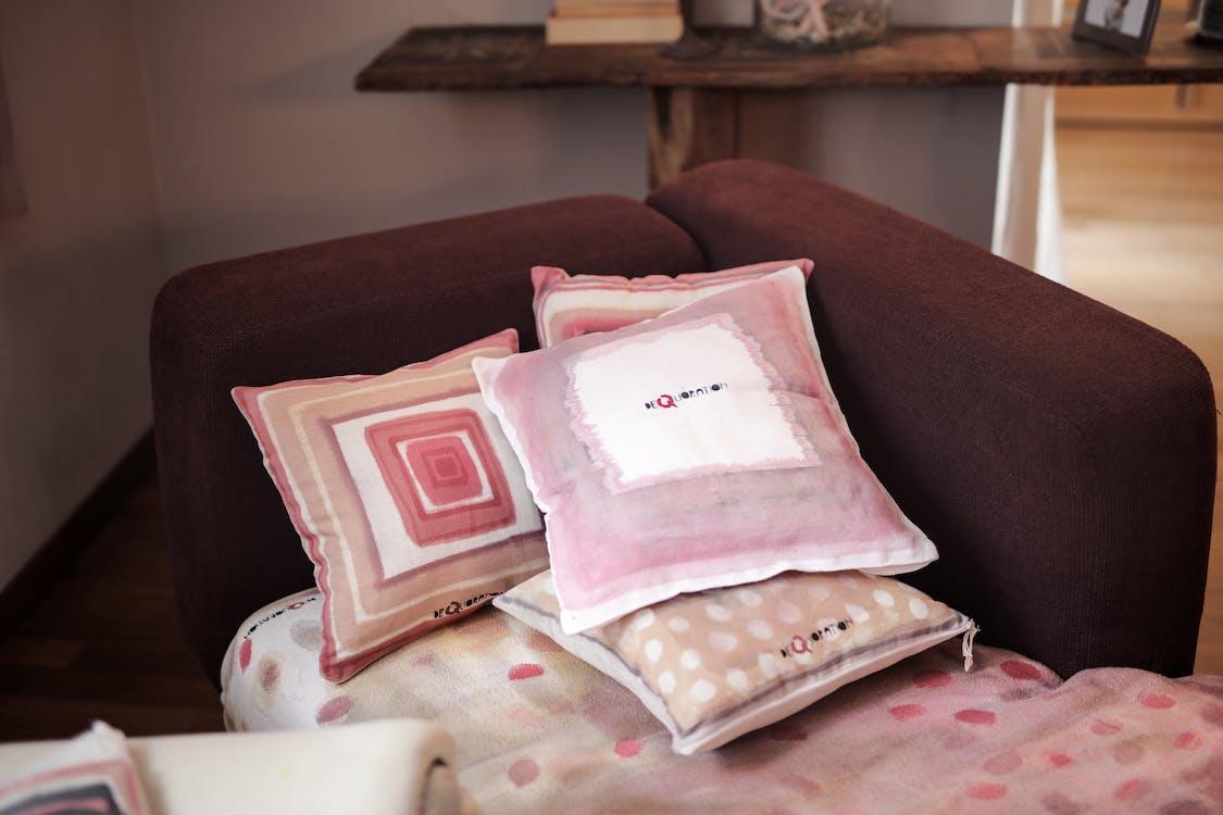 Throw Pillows, 休息室, 內部