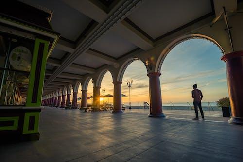Immagine gratuita di alba, archi, corrimani, edificio