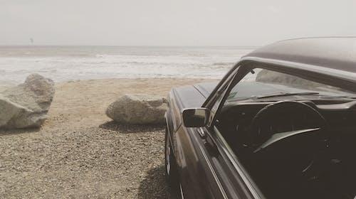 Foto profissional grátis de à beira-mar, areia, automóvel, costa