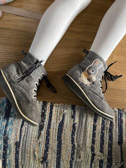 Безкоштовне стокове фото на тему «взуття, дерев'яна підлога, зйомка з висоти»