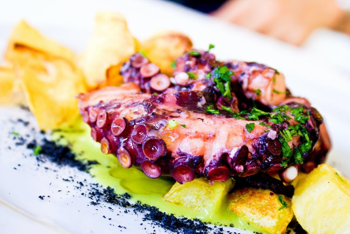 Nourriture Violette Et Brune Sur Surface Blanche