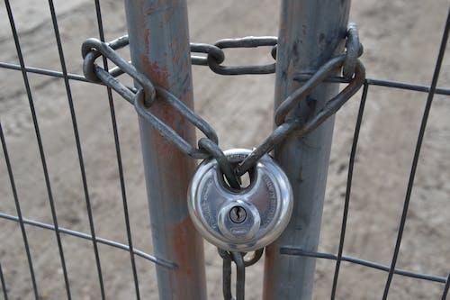 çit, kilit, tel örgü, Zincir içeren Ücretsiz stok fotoğraf