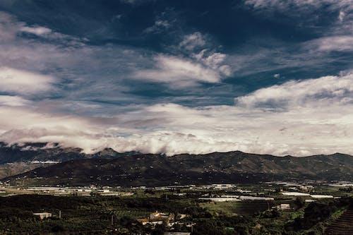 Δωρεάν στοκ φωτογραφιών με αυγή, βουνά, γαλάζιος ουρανός, γήπεδο