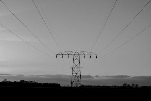 Foto d'estoc gratuïta de blanc i negre, electricitat, energia, torre d'alta tensió