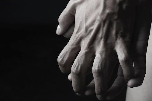 Gratis lagerfoto af fingre, folk, fotosession, gråtoneskala