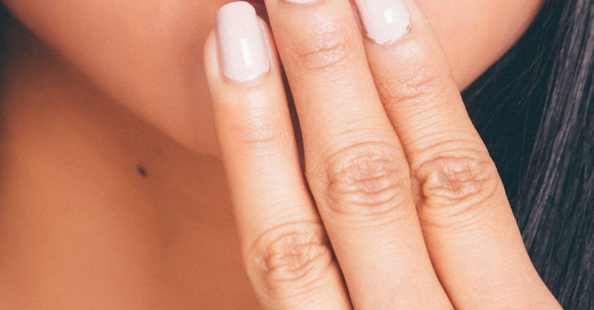 фото губ закрытых пальцем маникюра настолько огромно
