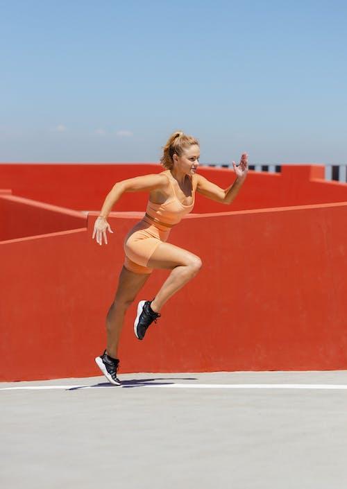Бесплатное стоковое фото с активный отдых, апельсин, бег