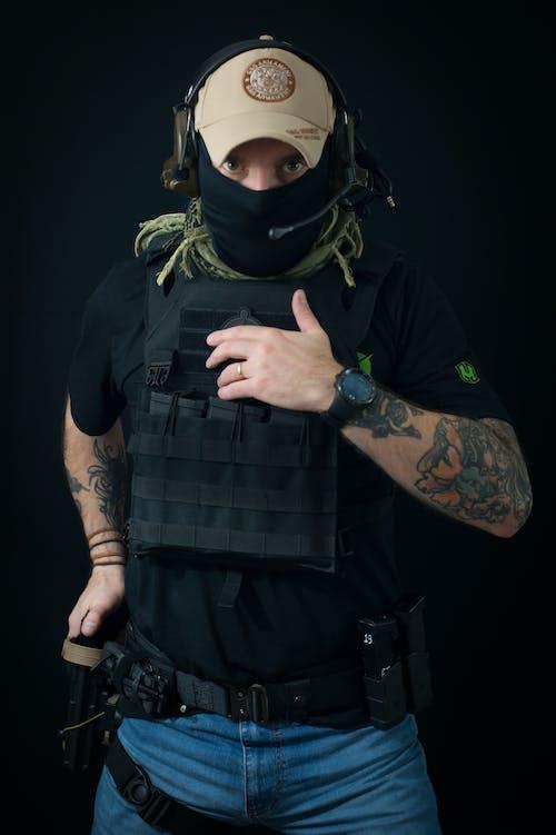 Gratis lagerfoto af arm tatovering, hovedtelefoner, kasket