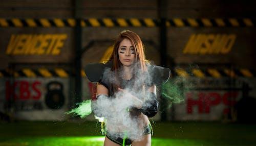 Darmowe zdjęcie z galerii z dorosły, dym, dziewczyna, futbol