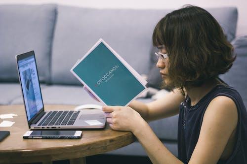 Darmowe zdjęcie z galerii z apple, azjatycki, biznesmenka, czytanie