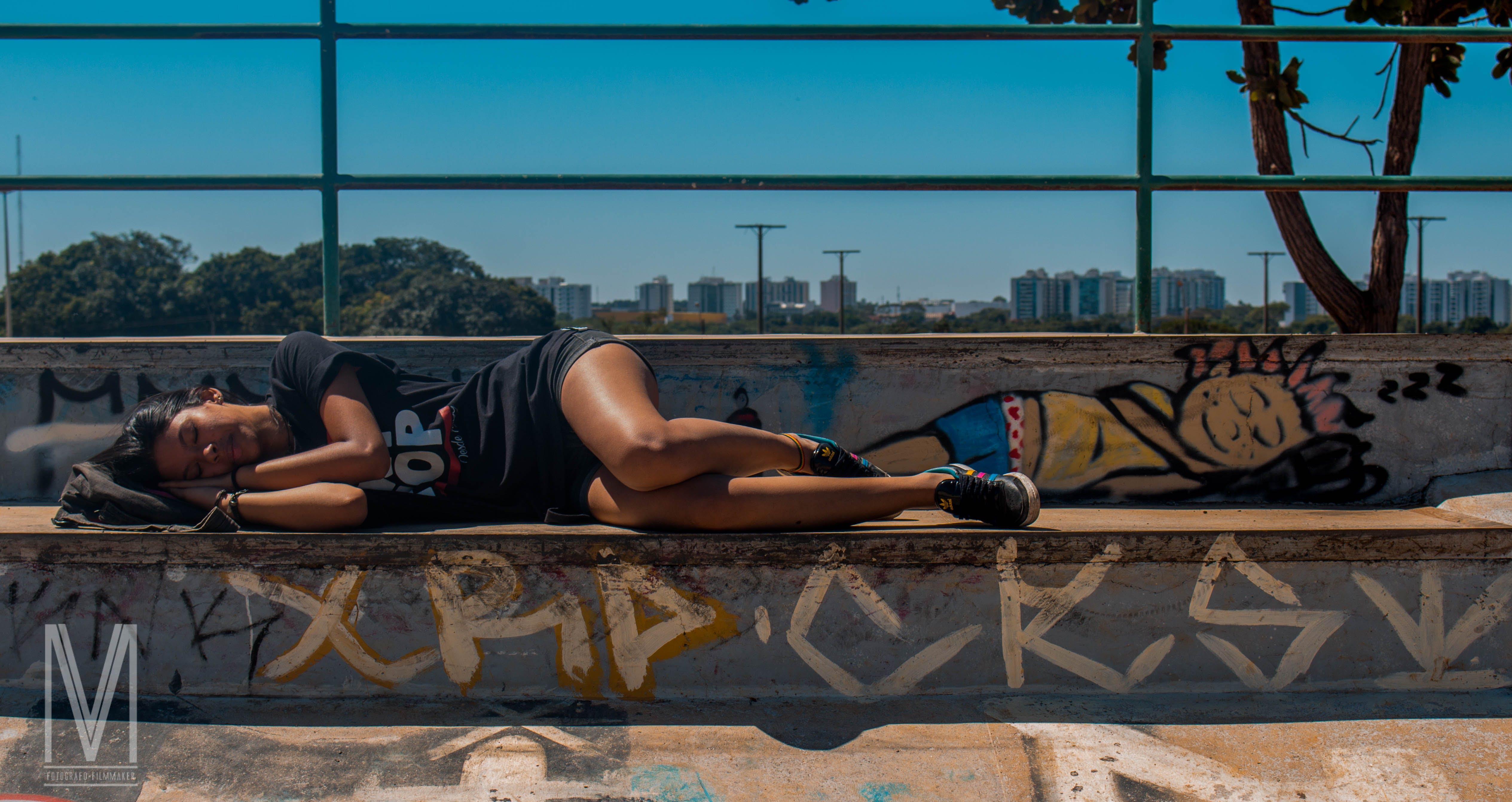 Foto d'estoc gratuïta de adormit, dona, graffiti, pista d'skate