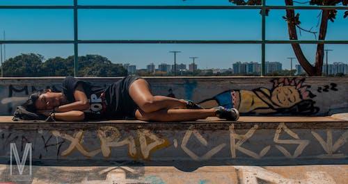 Gratis arkivbilde med graffiti, kvinne, skatepark, sove