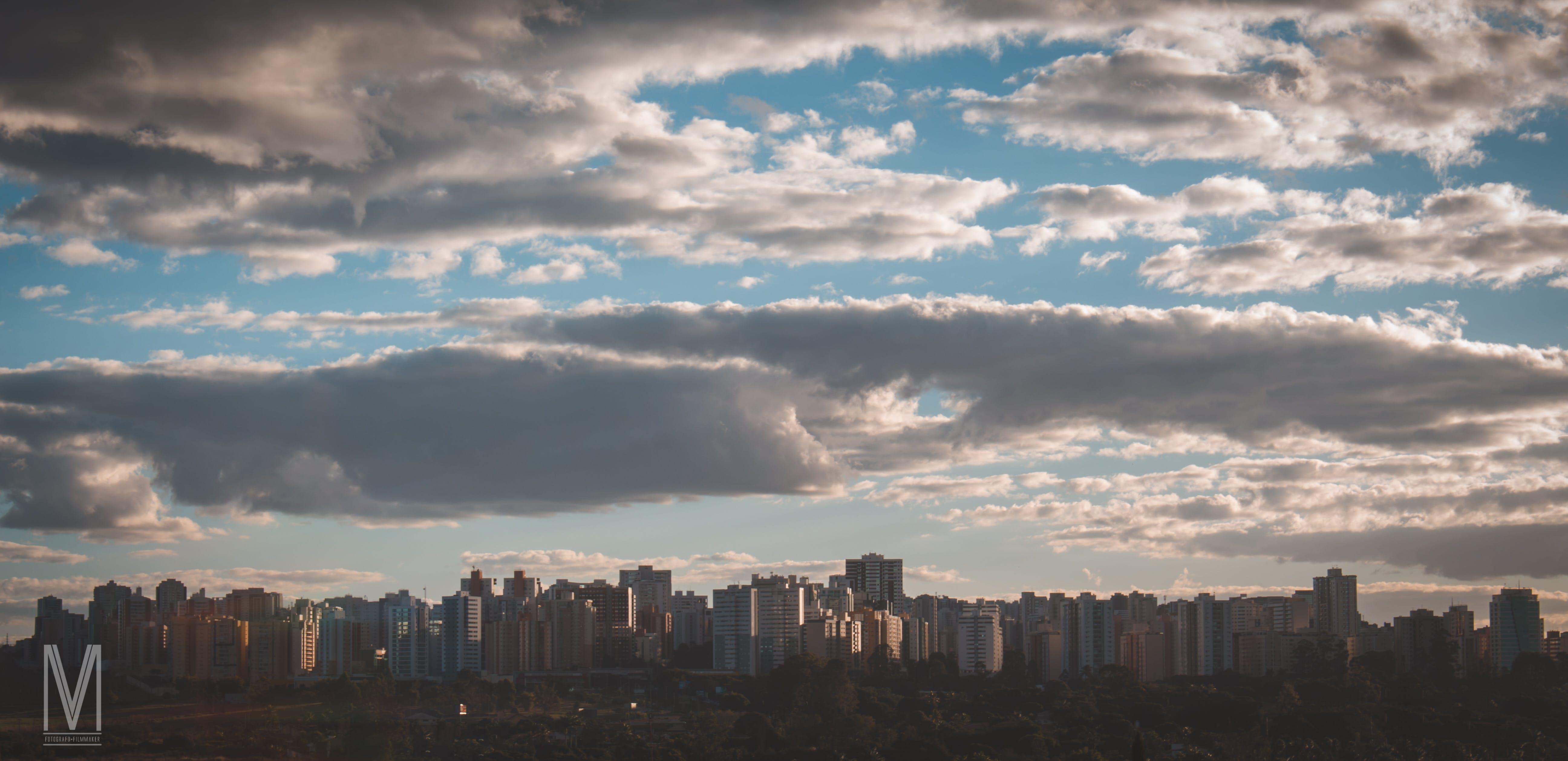 beboelsesejendomme, overskyet himmel
