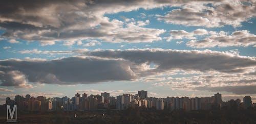 Gratis arkivbilde med bolighus, skyet himmel
