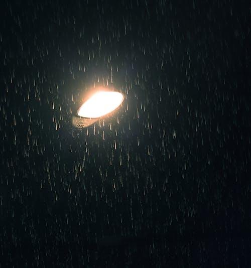Gratis arkivbilde med lyktestolpe, regndråper