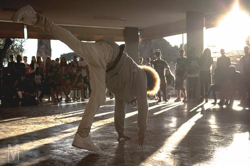 Gratis arkivbilde med danse, solglimt, ung mann