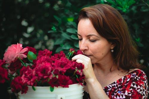 Gratis arkivbilde med blomster, kvinne, lukte