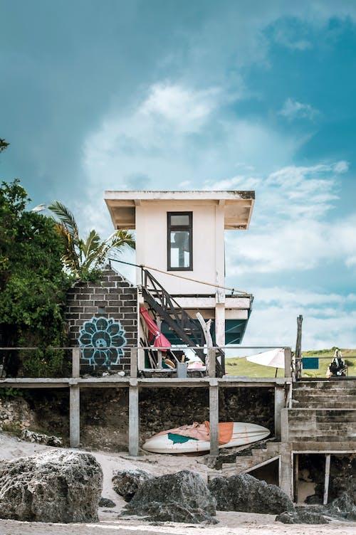 Immagine gratuita di architettura, bagnino, canoa, capanna in spiaggia