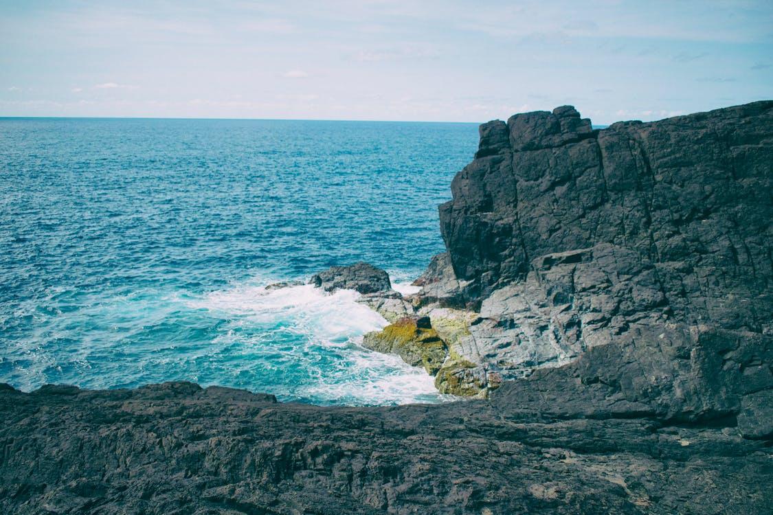 chmury, fale, formacje skalne