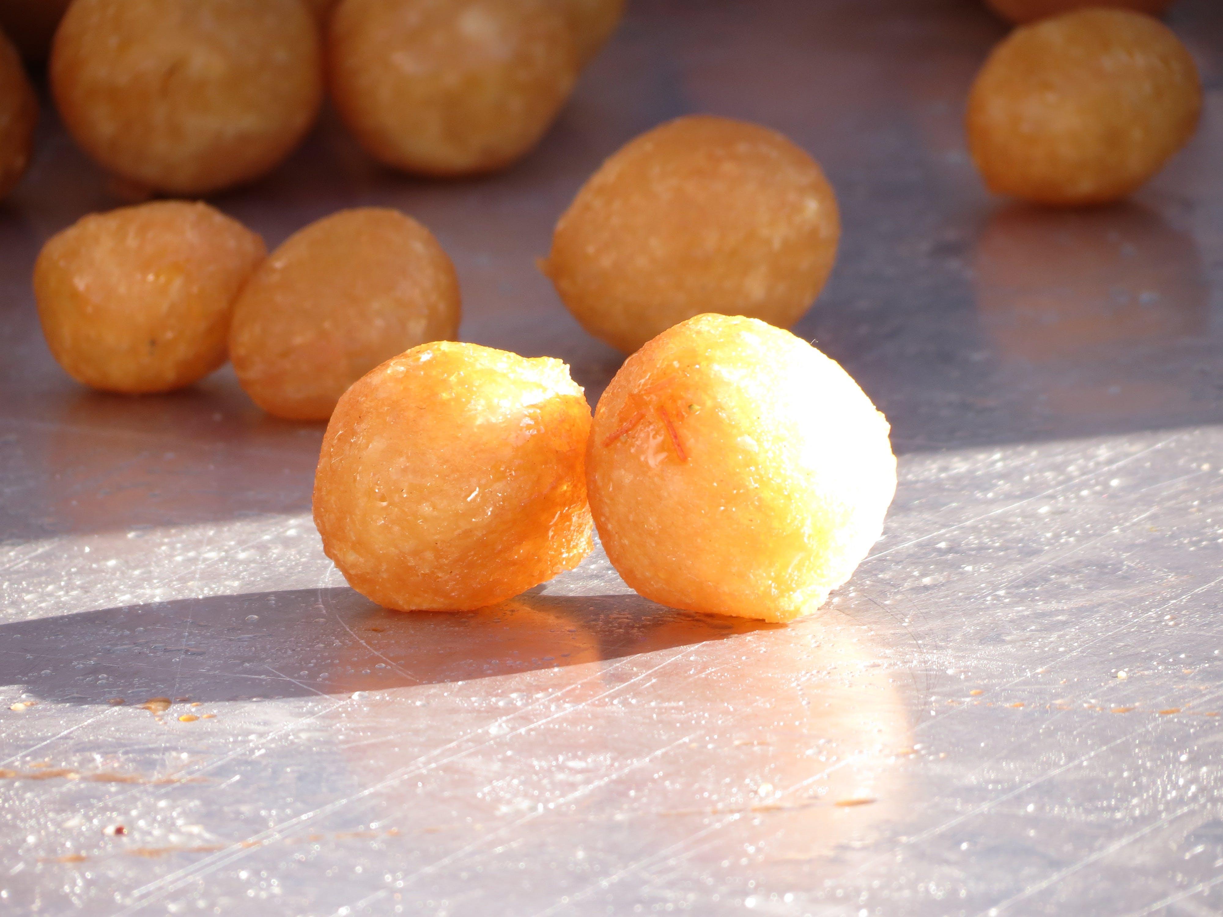 실버 트레이에 달콤한 공, 음식, 태양의 무료 스톡 사진