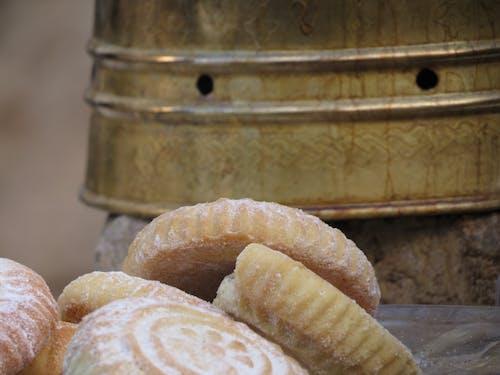 Immagine gratuita di bevanda, biscotti dolci accanto al bollitore del caffè, caffè nero, cibo