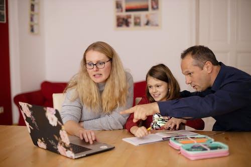 Gratis lagerfoto af bærbar computer, datter, far