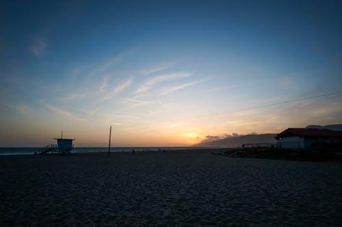 Ilmainen kuvapankkikuva tunnisteilla auringonlasku, hengenpelastajan torni, hiekka, hiekkaranta