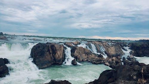 Foto profissional grátis de abismo, água, beira-mar, cachoeiras