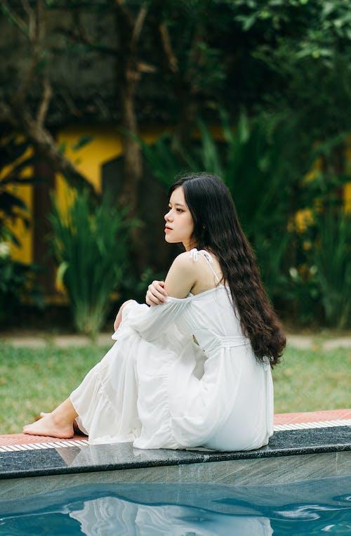Безкоштовне стокове фото на тему «біла сукня, біля басейну, великий план»
