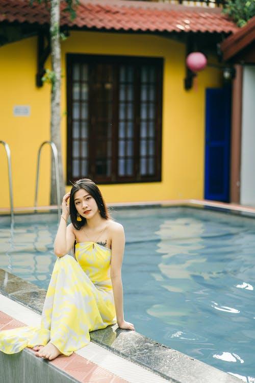 Foto profissional grátis de água, amarelo, ao lado da piscina