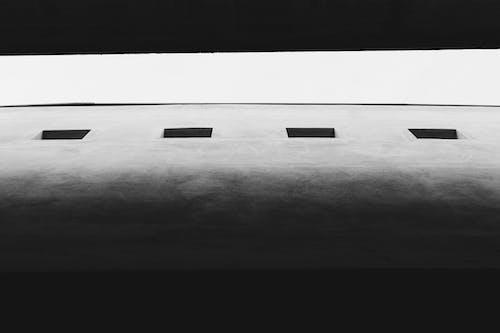 Foto profissional grátis de construção, contradição, escala de cinza, janelas