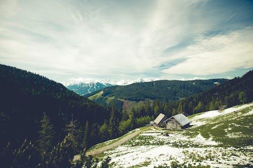 Gratis stockfoto met bergen, bomen, cottage, hemel