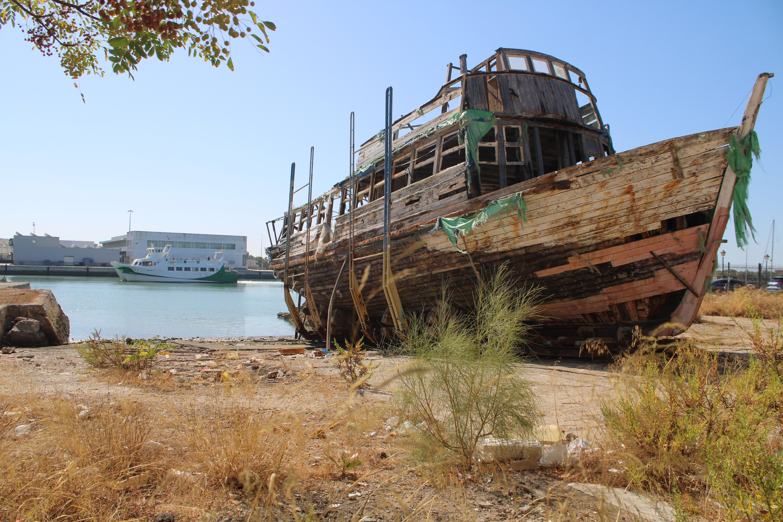 catamarán por el río frente al varadero en el que se encuentra el vaporcito