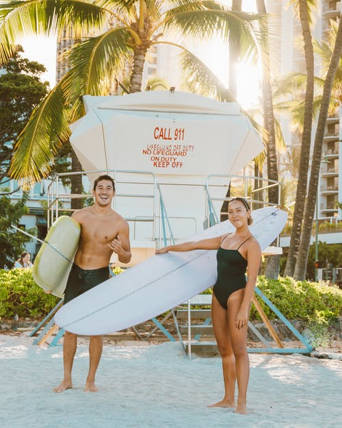 Photos gratuites de bikini, bord de piscine, bronzer
