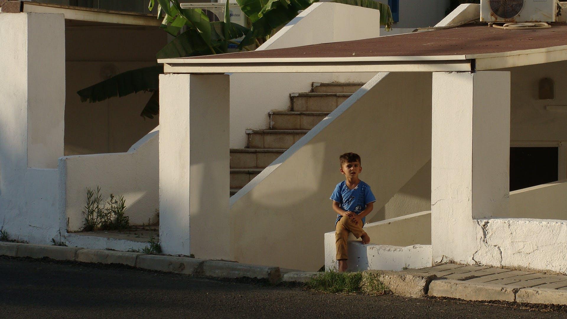 Kostenloses Stock Foto zu junge, kind, klein, mauer