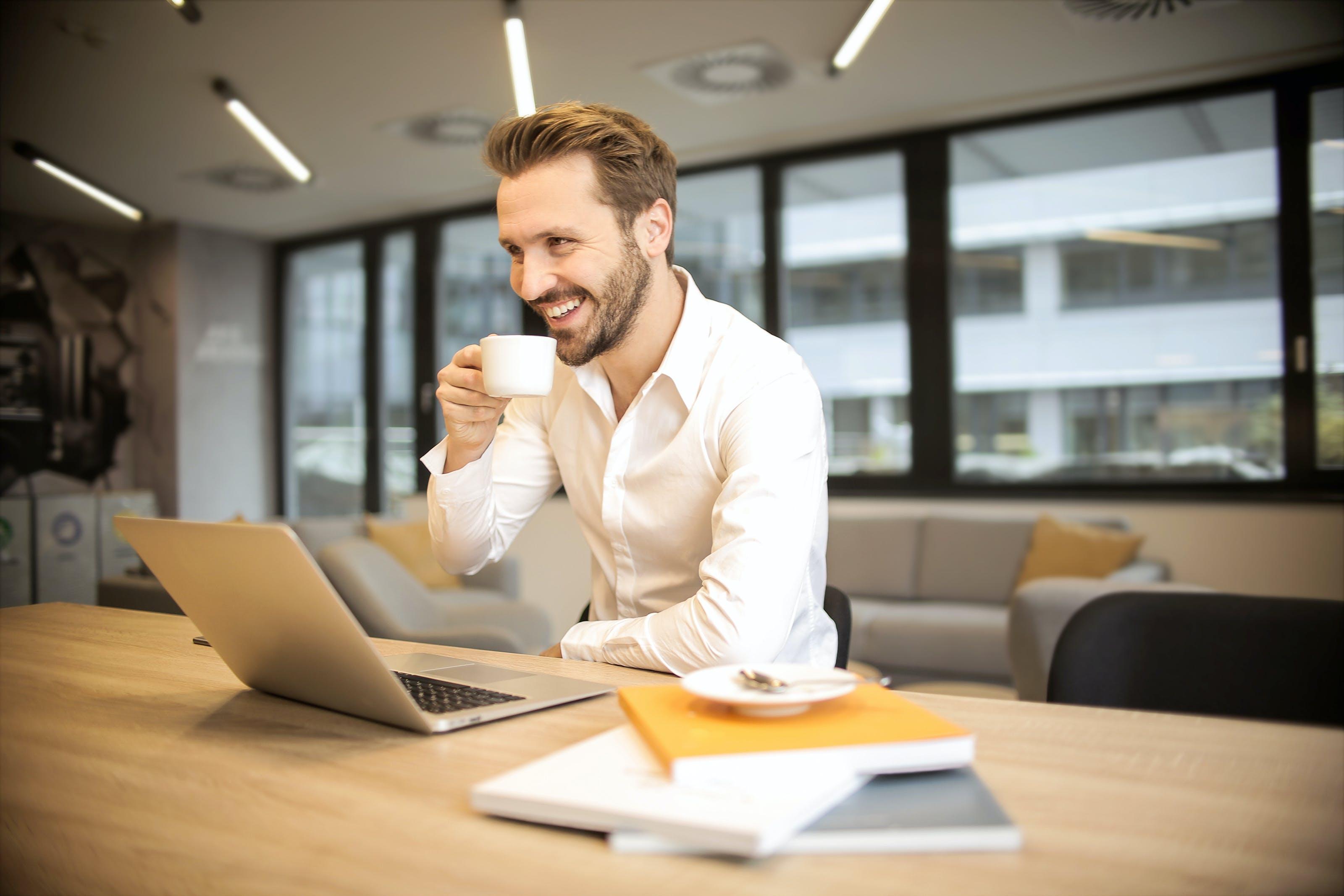 Darmowe zdjęcie z galerii z biurko, biuro, elektronika, kawa