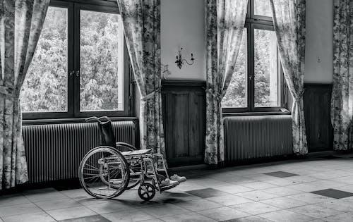 Darmowe zdjęcie z galerii z czarno-biały, drewno, inwalidztwo, kurtyna