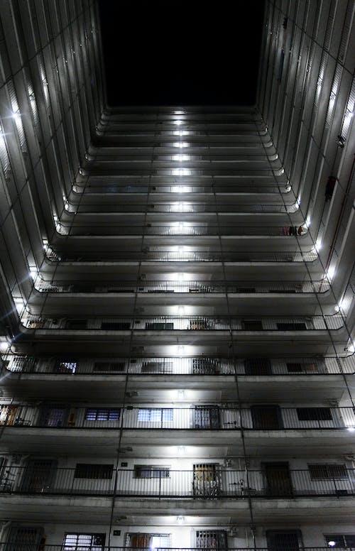 Ảnh lưu trữ miễn phí về ban đêm, các cửa sổ, góc chụp thấp, hiện đại