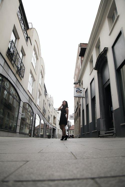 Foto stok gratis Arsitektur, bangunan, berjalan, jalan