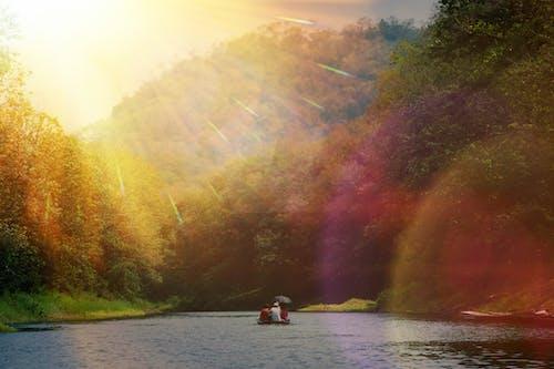 Darmowe zdjęcie z galerii z blask słońca, jezioro, krajobraz, łódź