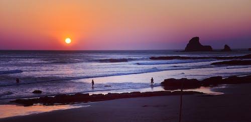 Безкоштовне стокове фото на тему «вода, Захід сонця, камені, люди»